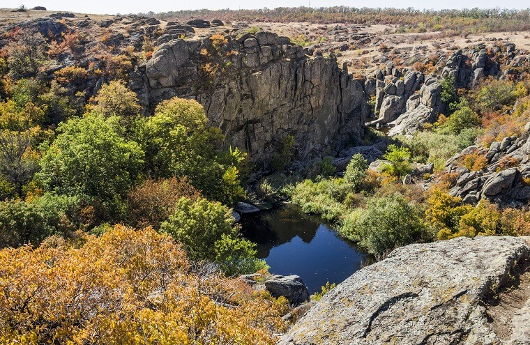 Скелі та маленьке озеро