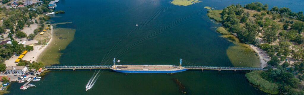 Мост-баржа в гидропарке