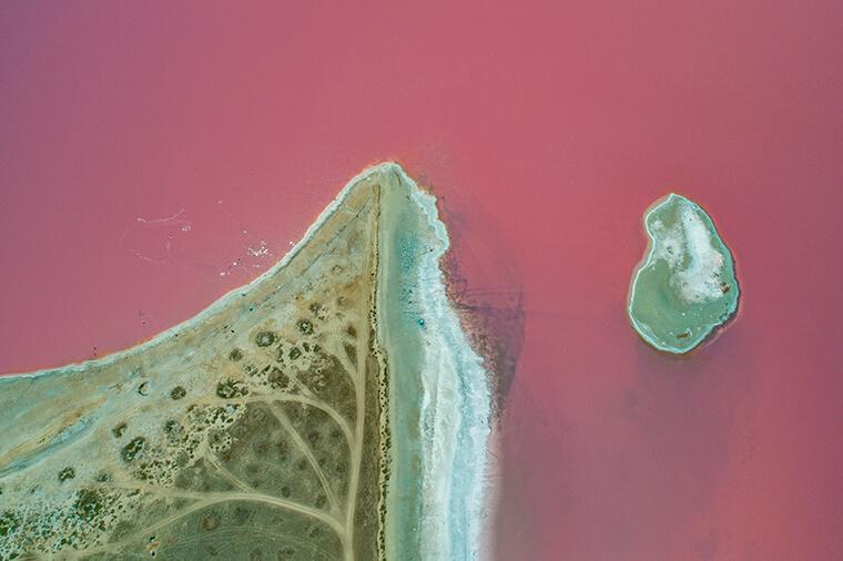 Незвичний колір води