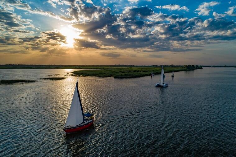 Яхты в походе на закате солнце