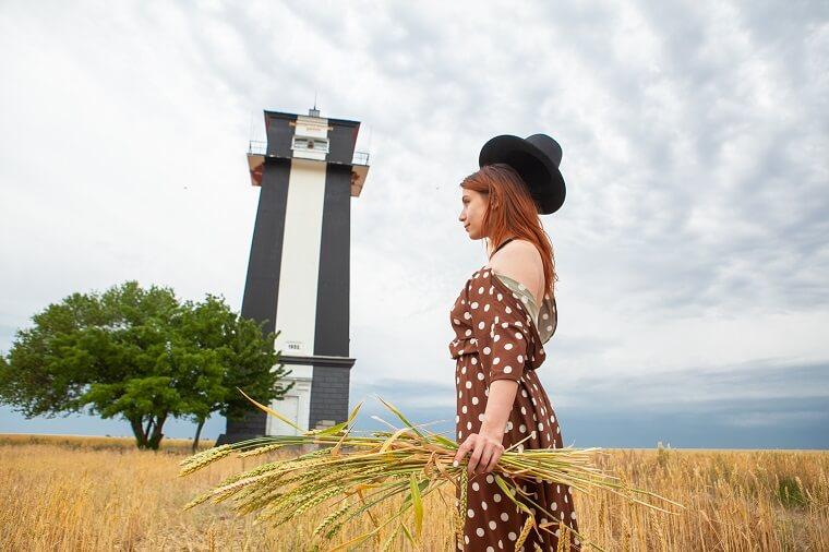 Фото на фоне степного маяка