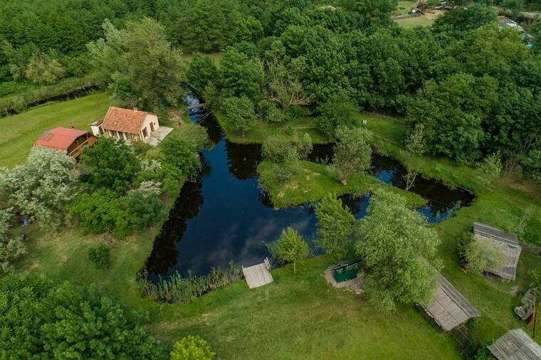 Озеро и домики